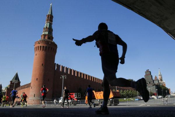 Juoksija ohitti Kremlin Moskovan maratonilla 24. syyskuuta 2017.