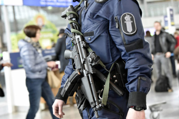Poliisi partioi MP5-konepistooli esillä Helsinki-Vantaan lentoasemalla Vantaalla 13. huhtikuuta 2017.