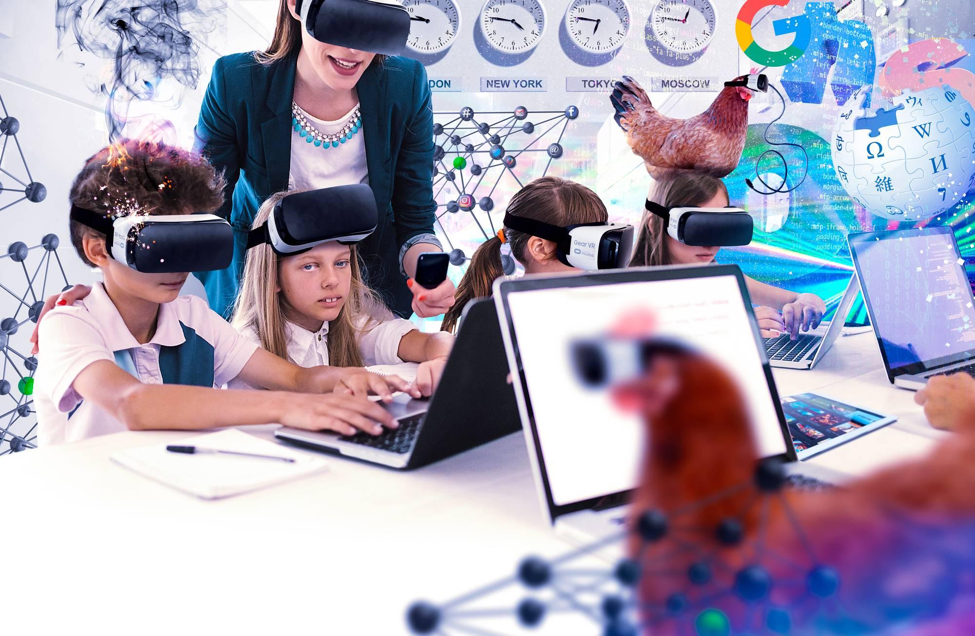 """Kuvituskuva: Oppilailla ja opettajalla on virtuaalitodellisuuslasit päässä, kun he työskentelevät tietokoneella, yksi """"digitaalinen aapiskukko"""" istuu yhden oppilaan pään päällä."""
