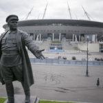 Bolševikkijohtaja Sergei Kirovin patsas Stadion Krestovskin edustalla Pietarissa.