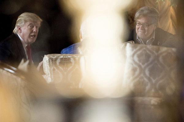 Yhdysvaltain presidentiksi valittu Donald Trump ja Steve Bannon tapasivat Mar-a-Lagossa Floridassa 21. joulukuuta 2016.