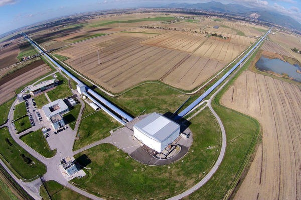 Italiassa sijaitsevan Virgo-interferometrin siivekkeet ovat kolmen kilometrin pituiset.