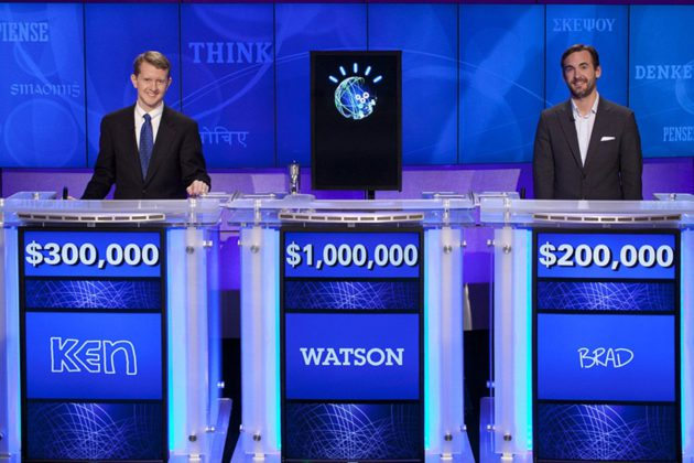 Watson (kesk.) päihitti Jeopardy-visassa veteraanitietäjät tv-ohjelman jaksossa, joka esitettiin Yhdysvalloissa 16. tammikuuta 2011.