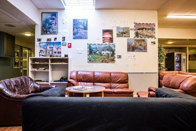 Säilön seinille on koottu palapelejä. SPR:n vapaaehtoiset käyvät torstaisin pelaamassa lautapelejä.