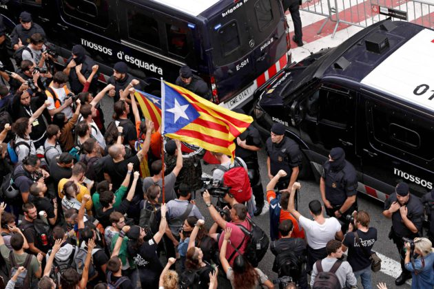 Mielenosoittajat heiluttivat Katalonian lippuja Espanjan kansallisen poliisin Barcelonan-päämajan edustalla 2. lokakuuta.