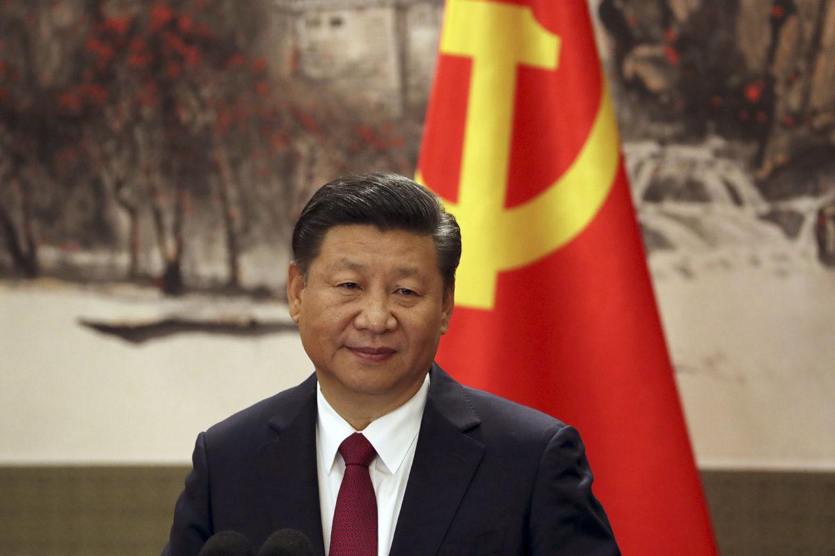"""Kiinan presidentti Xi Jinping """"Mahtavassa kansan salissa"""" Pekingissä 25. lokakuuta 2017."""