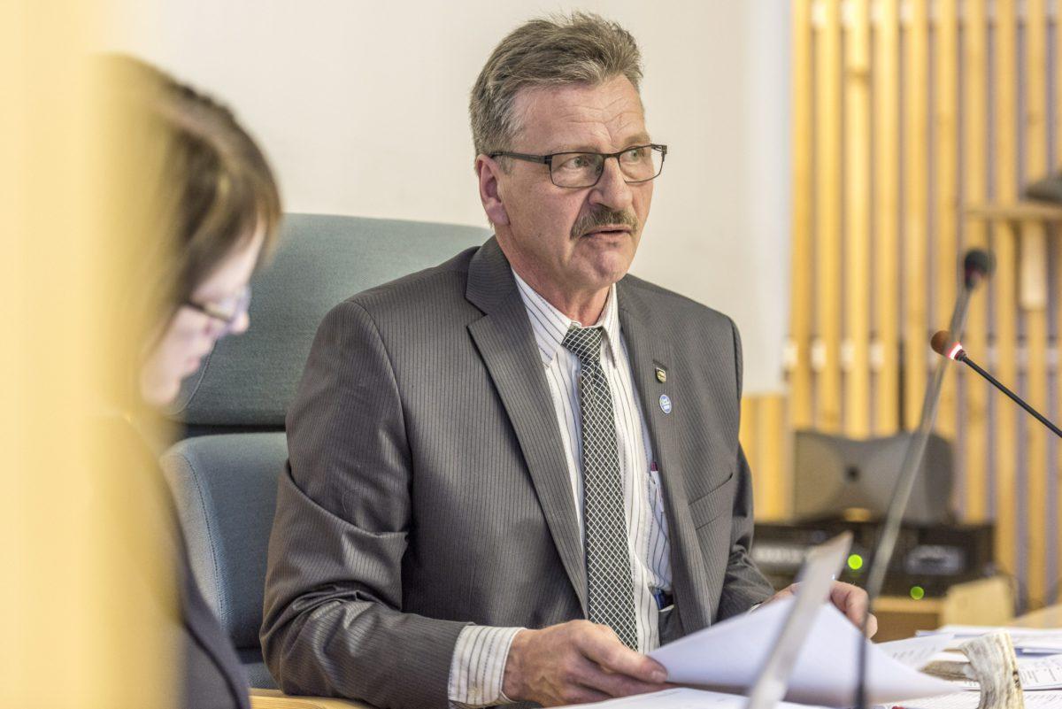 Kittilän kunnanvaltuuston puheenjohtaja Aki Nevalainen (vas) valtuuston kokouksessa 31. lokakuuta 2017.