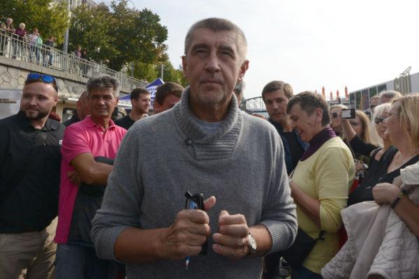 Miljardööri, ANO-puolueen johtaja ja perustaja Andrej Babiš kampanjoi Prahassa Tšekissä 28. syyskuuta 2017.