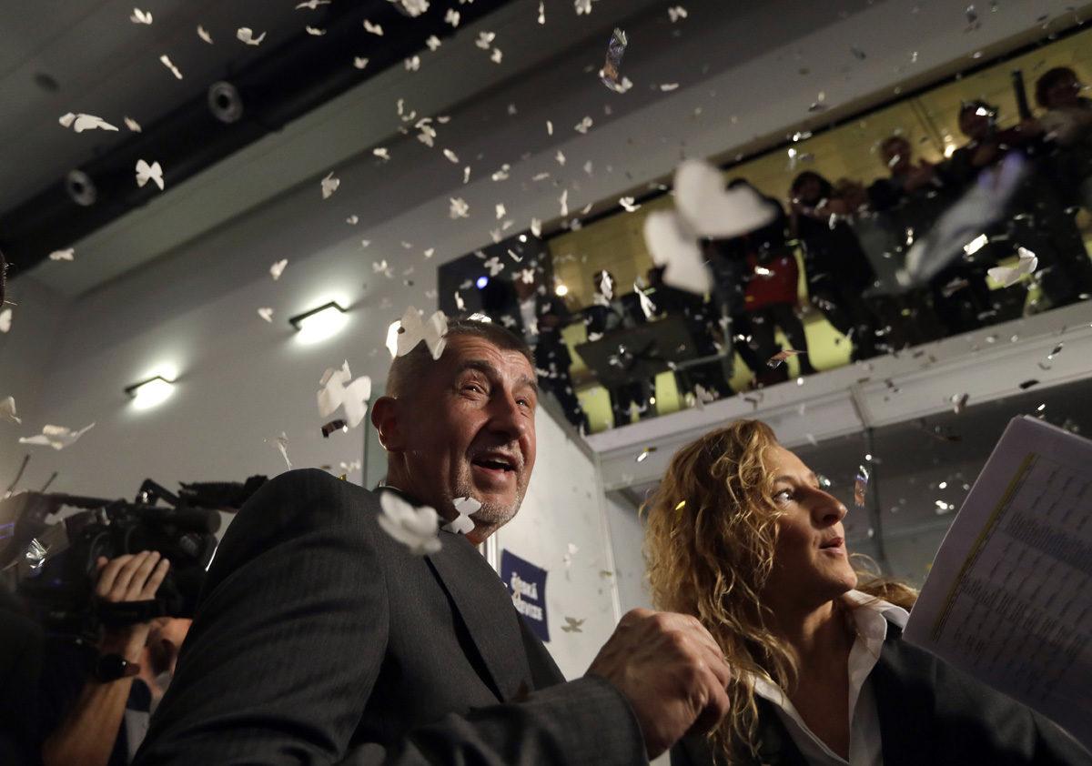 Tšekin parlamenttivaalit voittaneen ANO-puolueen puheenjohtaja Andrej Babiš konfettisateessa Prahassa 21. lokakuuta 2017.