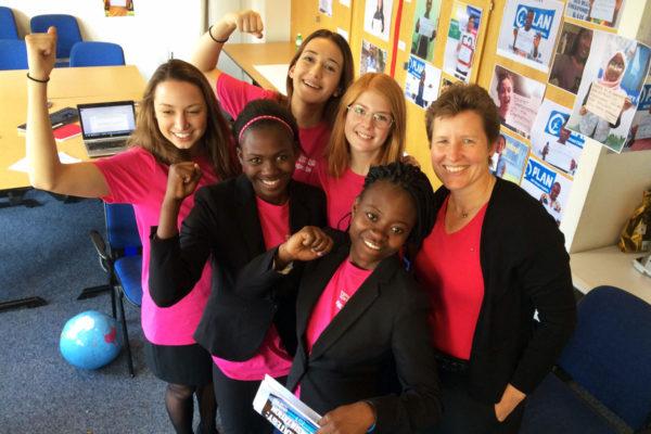 Plan Internationalin pääjohtaja Anne-Birgitte Albrectsen (oik.) tapasi Planin tyttöjen oikeuksien lähettiläitä Sambiasta, Saksasta ja Ruotsista.