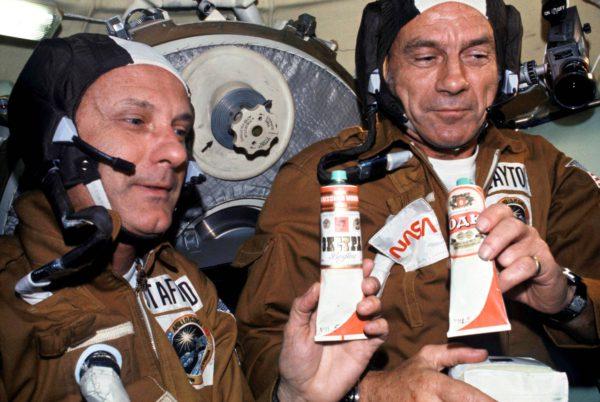 """Neuvostokosmonautit lahjoittivat amerikkalaisastronauteille """"votka-annokset"""" vuoden 1975 yhteistyölennolla. Todellisuudessa putkiloissa oli borssikeittoa."""