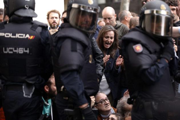 Espanjalaiset poliisit ja katalaaniäänestäjät vastakkain Barcelonassa 1. lokakuuta 2017.