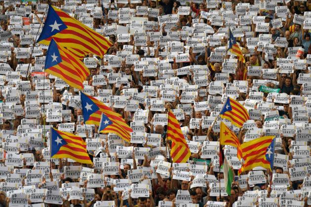 Mielenosoittajat vaativat Katalonialle itsenäisyyttä Barcelonassa 21. lokakuuta 2017.