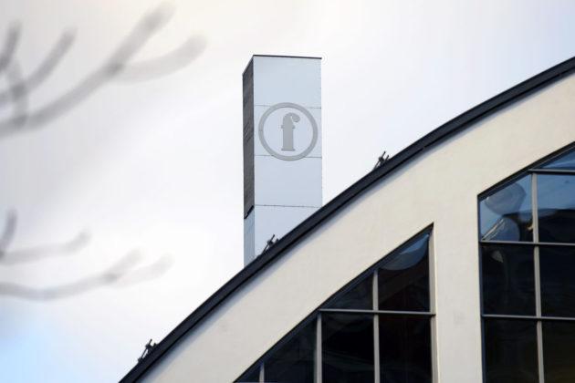 Finnkinon logo Tennispalatsissa Helsingissä.