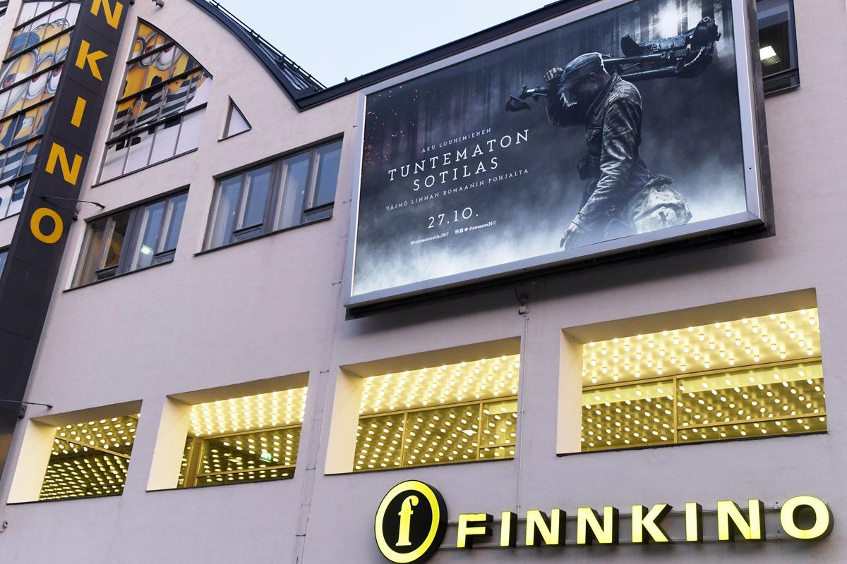 Tuntematon sotilas -elokuvan mainos Helsingin Tennispalatsin seinässä 12. lokakuuta 2017.