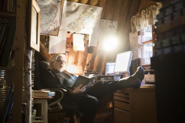 Kirjailija Heikki Turunen työhuoneessaan Juuassa.