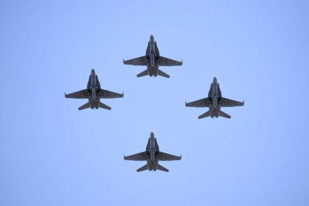 Ilmavoimien Hornet-hävittäjiä ylilennossa Helsingissä 4. kesäkuuta 2017.