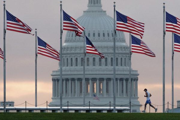 Yhdysvaltain liput liehuivat pääkaupunki Washingtonissa 27. syyskuuta 2017.