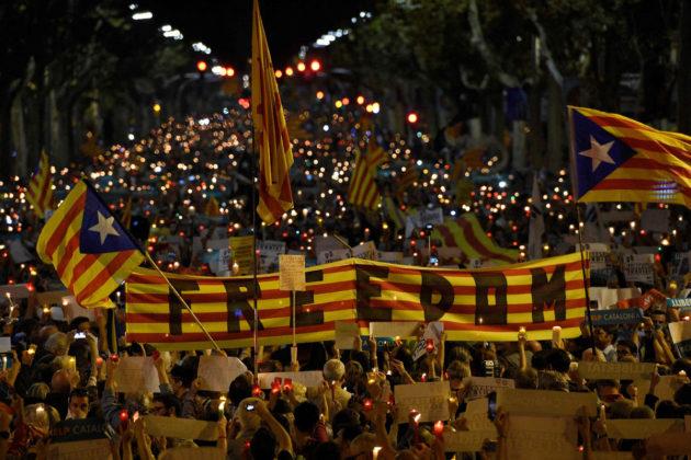 Katalonian itsenäisyyttä ajavat vaativat kahden aktivistin vapauttamista Barcelonassa 17. lokakuuta 2017.