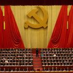 Kiinan kommunistisen puolueen kokousedustajat osoittivat suosiotaan presidentti Xi Jinpingin puheelle Pekingissä 18. lokakuuta 2017.