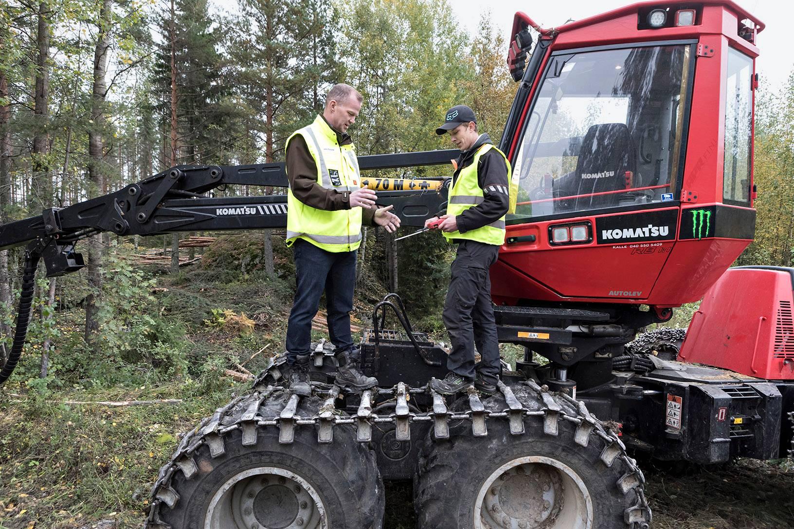 Kalle Tyrkön (oik.) ohjaama kone harventaa metsää. EU ja Suomi kiistelevät, kuinka paljon puuta saa hakata.