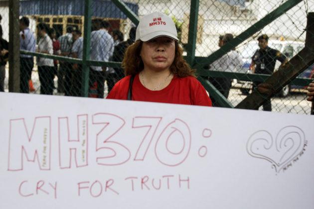 Kiinalainen mielenosoittaja Malaysia Airlinesin toimiston ulkopuolella Kuala Lumpurissa Malesiassa 12. helmikuuta 2015.