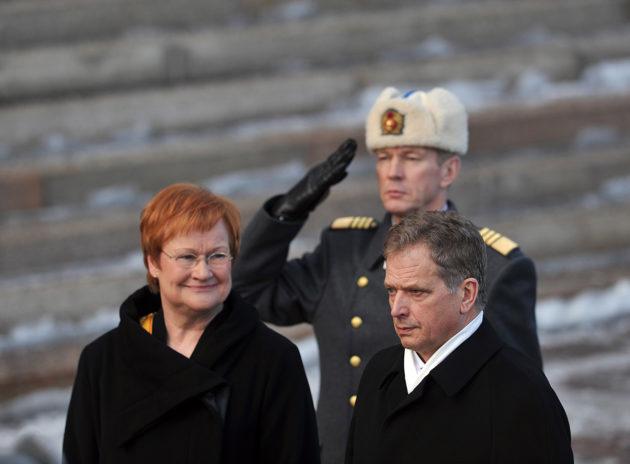 Väistyvä presidentti Tarja Halonen ja tasavallan presidentti Sauli Niinistö presidentin virkaanastujaisissa 1. maaliskuuta 2012. © Hannu Lindroos/SKOY