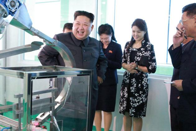 Pohjois-Korean diktaattori Kim Jong-un ja puolisonsa Ri Sol Ju vierailivat kosmetiikkatehtaassa Pjongjangissa. Kuvan välitti Pohjois-Korean uutistoimisto 29. lokakuuta 2017.