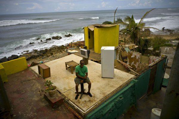 Roberto Figueroa Caballero kodissaan La Perlassa Puerto Ricossa Yhdysvalloissa Maria-hurrikaanin jälkeen 5. lokakuuta 2017.