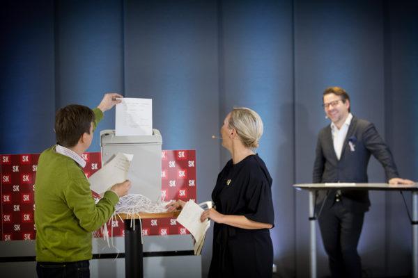 Ville Niinistö (vihr) seurasi, kun Open Knowledge Finland -kansalaisjärjestön Teemu Ropponen ja Suomen Kuvalehden toimittaja Salla Vuorikoski tuhosivat eduskunnan kävijälistoja.