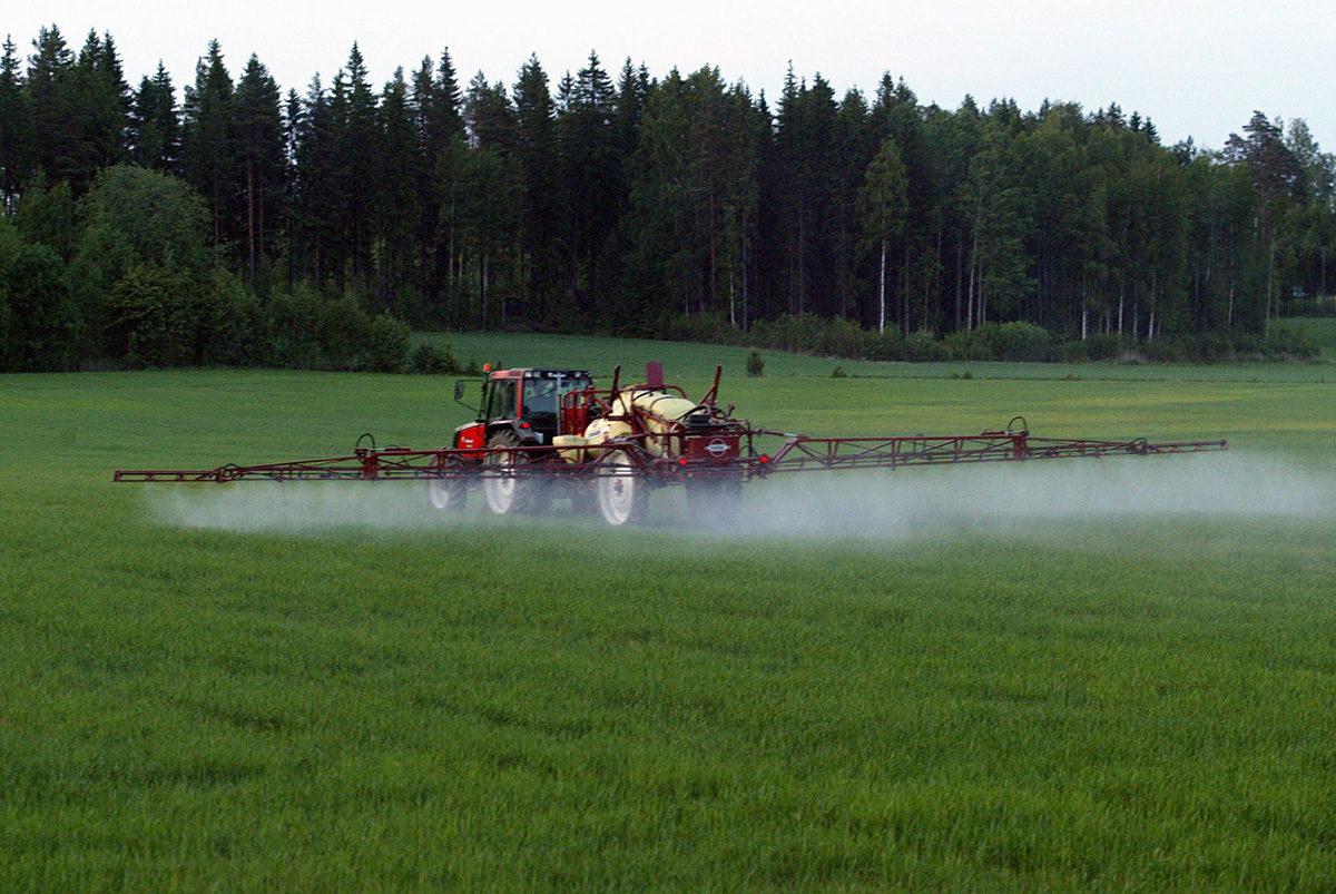 Torjunta-ainetta ruiskutetaan pellolle. Kuvituskuva.