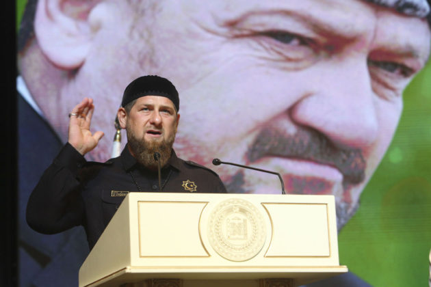Presidentti Ramzan Kadyrov puhui isänsä Ahmat Kadyrovin kuvan edessä Groznyissa Tšetšeniassa Venäjällä 22. elokuuta 2017.