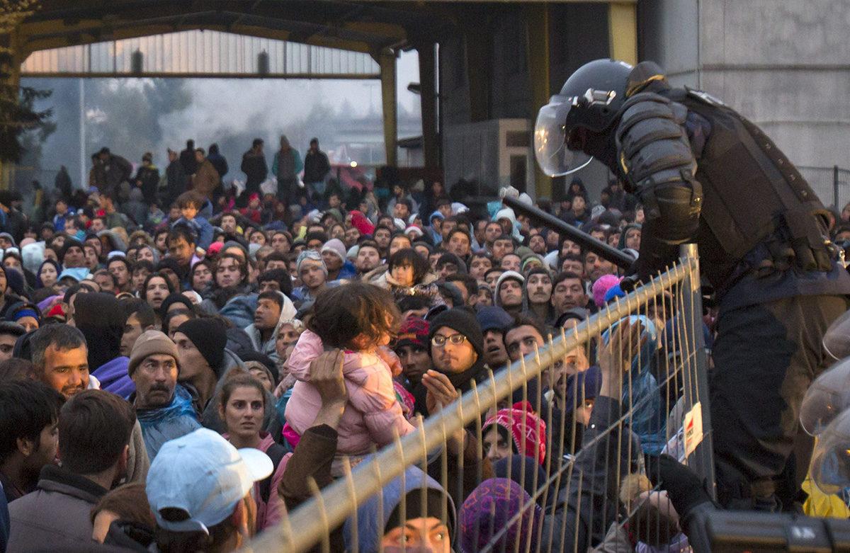 Turvapaikanhakijoita Itävallan ja Slovenian rajalla lokakuussa 2015.
