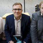 Salla Vuorikoski (vas.), Jussi Eronen ja Jarno Liski Ylegate -kirjan julkistamistilaisuudessa  tiistaina 16. toukokuuta 2017.
