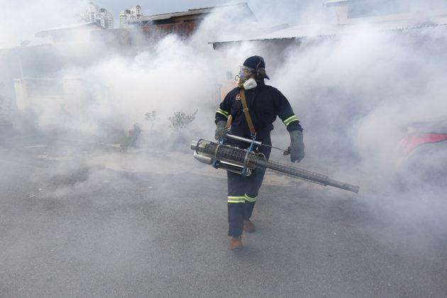 Malesian terveysministeriön työntekijä torjumassa zika-virusta levittäviä hyttysiä Kuala Lumpurissa syyskuussa 2016.