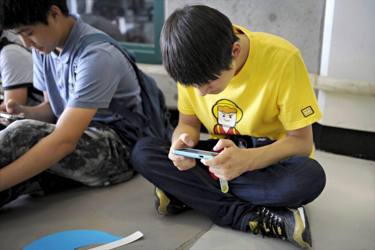 Nuorten älypuhelinten käyttö on puheenaihe ympäri maailmaa.