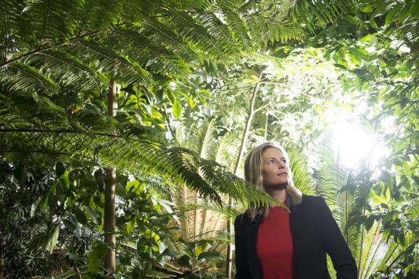 Anna-Liisa Laine on kasviekologian professori, joka tutkii heinäratamoa ja sen loista härmäsientä.