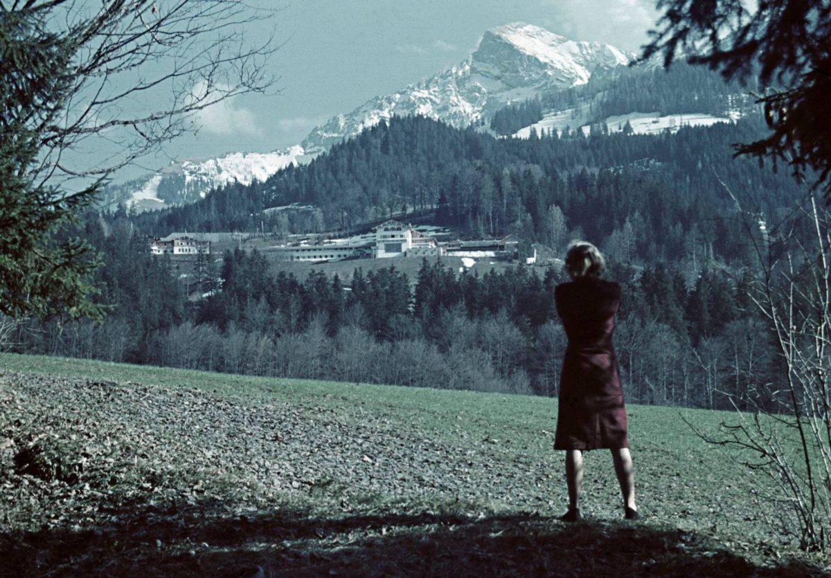 Eva Braun valokuvaa Adolf Hitlerin vuoristohuvilaa Berghofia Baijerin Alpeilla 1940-luvulla.