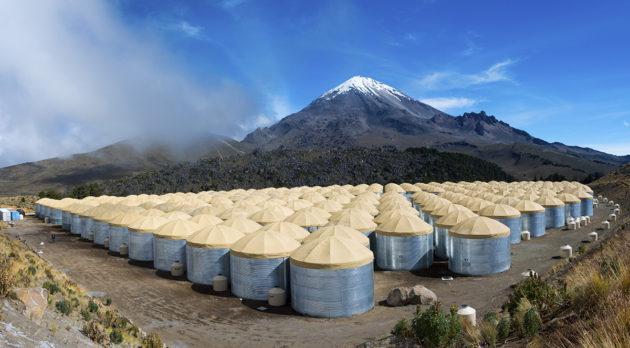 HAWCin 300 vesitankkia poimivat Maan ilmakehään törmäävien gammasäteiden aikaansaamia hiukkassuihkuja.