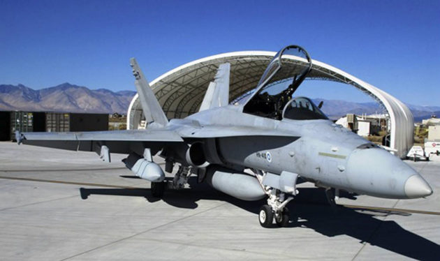 JASSM-rynnäkköohjuksella varustettu Hornet China Laken tukikohdassa.