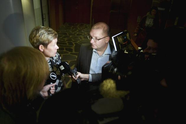 Teknologiateollisuuden Eeva-Liisa Inkeroinen ja Teollisuusliiton Riku Aalto sopivat työehtosopimuksesta Etelärannassa 30. lokakuuta 2017.