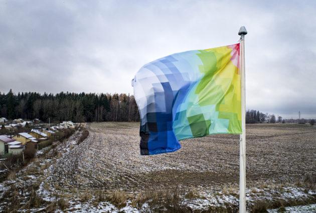 Jani Leinosen suunnittelema lippu pääsi salkoon Pakilan siirtolapuutarhassa Helsingissä.