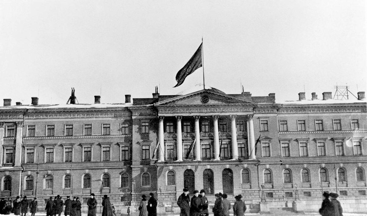 Julistuksen jälkeen Senaatintalon katolle nostettiin punakeltainen leijonalippu.