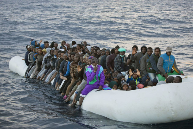 Afrikkalaisia siirtolaisia ahtautuneena kumiveneeseen Välimerellä helmikuussa 2017.