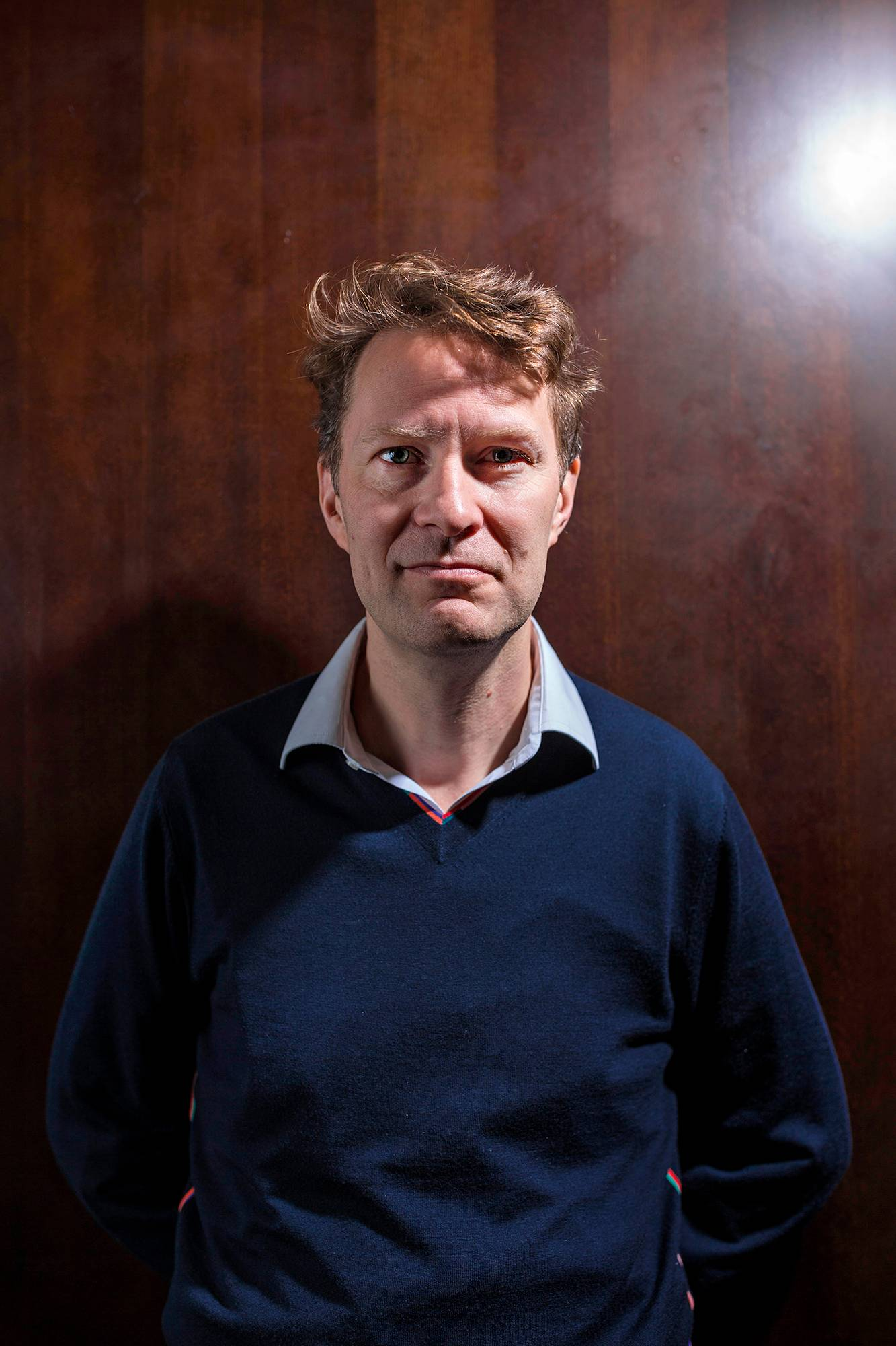 Luke Harding on aiemmissa kirjoissaan käsitellyt Aleksandr Litvinenkon salamurhaa ja tietovuotaja Edward Snowdenin tapausta.