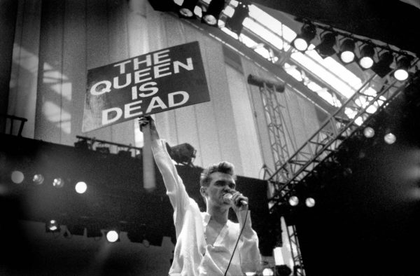 Morrissey julisti The Smithsin sanomaa Manchesterissa kesällä 1986.