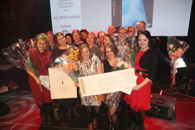 Vuoden parhaan tietokirjan Kanava-palkinnon voittajat: Hanna Nikkanen ja Tampereen yliopiston journalistiikan opiskelijoiden työryhmä palkintogaalassa Helsingissä 2. marraskuuta 2017.