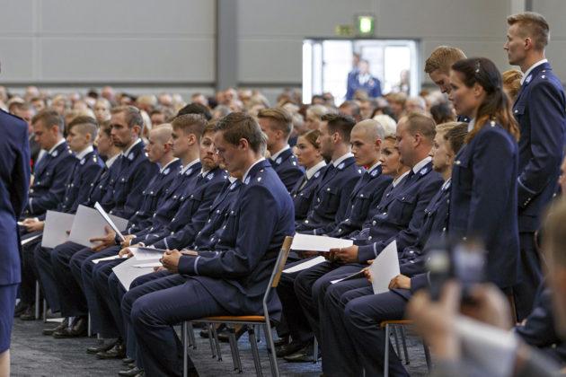 Tutkinnon suorittaneet antoivat eettisen valan Poliisiammattikorkeakoululla Tampereella 27.5.2016.