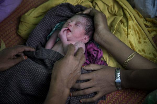 Myanmarista juuri Bangladeshiin paenneet rohingya-vanhemmat pitelevät vastasyntynyttä lastaan 11. marraskuuta 2017.
