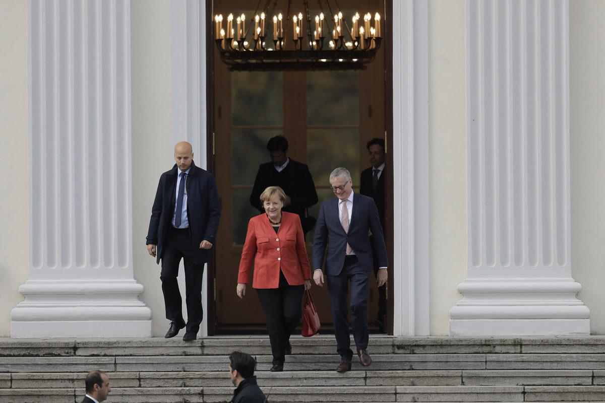 Liittokansleri Angela Merkel poistui Bellevuen linnasta tavattuaan liittopresidentti Frank-Walter Steinmeierin 20. marraskuuta.